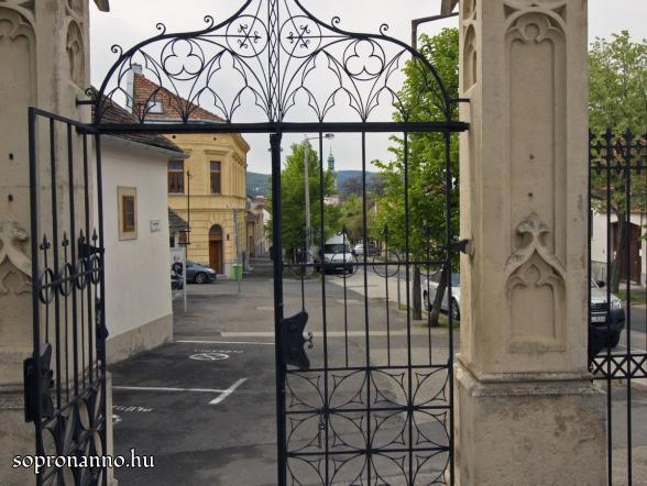 A Szent Mihály utca a templom felől napjainkban