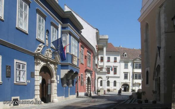 A Templom utca a Fő tér felé