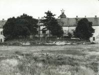 A Kuruc-dombi egykori kaszárnya épülete a vörös csillaggal