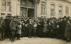 Szavazópolgárok az I. számú választási körzet helyisége előtt a Széchenyi téren