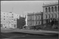 A Kellner-szobor háttérben az iskolával