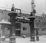 A Mechle-cég telephelyének kapuja