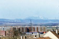 Az épülő lakótelep és a hegy