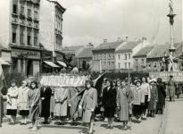 Az Óvónőképzősök egy május elsejei felvonuláson