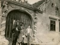 Családi fotó a két Mór-ház kapujában