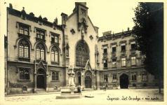 Az Orsolya tér a Hattyúskúttal