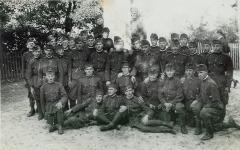 Katonák a Braun emlékoszlopnál