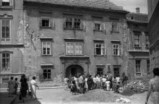 Turisták a Sax-ház előtt 1964-ben
