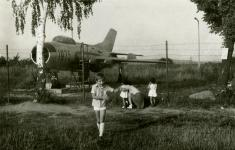 Családi fotó a KRESZ-park repülőjénél