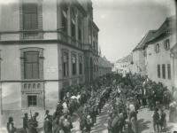 Katonák a Szent Mihály Római Katolikus Népiskola előtt
