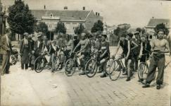 Kerékpárosok a Kőfaragó téren