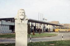 Lackner Kristóf szobra és a buszpályaudvar