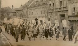 Felvonulás 1948.május 1-én a Kisvárkerületen
