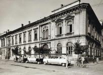Mikrobuszok a Petőfi téri iskola előtt