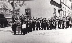 Ballagás az iskola udvarán 1958-ban
