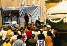 Színielőadás az Orsolya téren