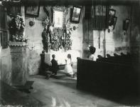 Templombelső imádkozó gyerekekkel
