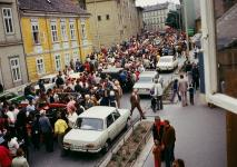 Az 1978-as soproni veterán autós találkozón az autócsodák felvonulása az Ógabona téren
