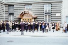 Zenészek a Casino Sopron bejáratánál