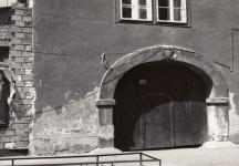 Az Ógabona tér 34. ház homlokzata és boltíves kapuja 1987-ben. A kép tulajdonosa Kovács László, a fotós ismeretlen.
