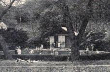 Fürdés a kerti medencében (illusztráció a Sopron anno archívumából.)