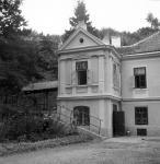 Az iskola épületének jellegzetes előreugró része. Alul a konyha, felette a lányok hálószobája. Balra a fedett, nyitott folyosó, mely az udvari nyitott épületekhez vezetett.