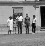 Az iskola bejárata előtt. Balról Horváth Andorné igazgatónő, mellettem Marosi Laci bácsi. A nagykátai Damjanich János Gimnázium tanára és diákja egy iskolai kirándulás alkalmával meglátogattak.