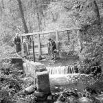 Zsilip a Rák-patakon. A zsilip leeresztésével felduzzasztották a patak vizét, így az iskola kertje feletti árokba a patakból vizet tudtak átvezetni.