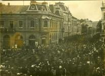 Felvonulók az Erzsébet utca és a Széchenyi tér találkozásánál