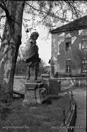 Nepomuki Szent János szobra az Erzsébet-kertnél (Storno Miksa 1943)