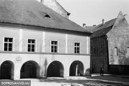 A Lábasház