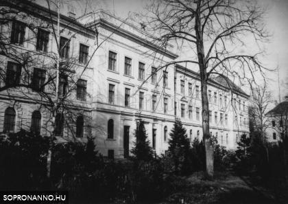 Az egyetem főépülete 1973-ban
