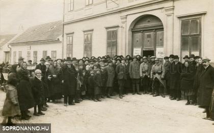 1921. december 14. - Csoportkép a II. számú szavazókör előtt