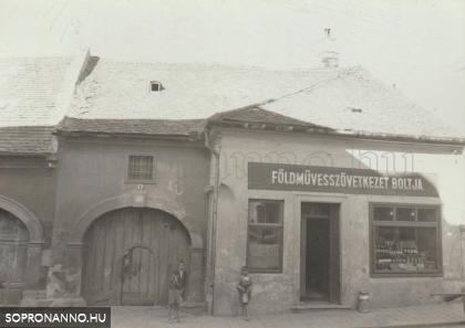 A Balfi út 8-as számú ház az 1950-es években