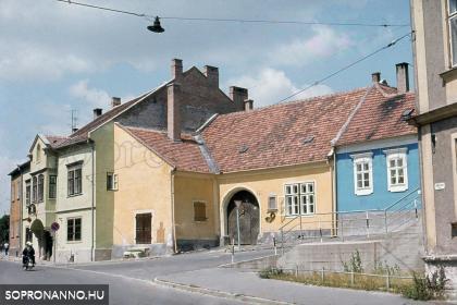 A Bécsi út és a Fövényverem találkozása az 1980-as években