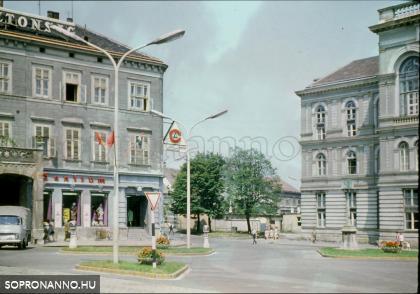 A Centrum üzlete háttérben a Petőfi térrel