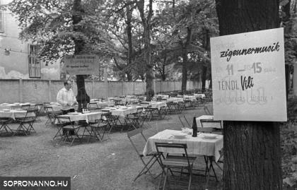 A Deák étterem kerthelyisége az 1960-as években, avagy vízummentes borozgatás Sopronban