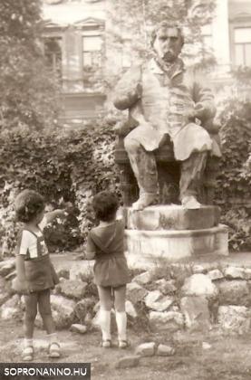 Deák Ferenc szobra az étterem kertjében