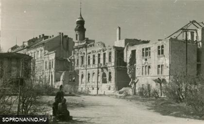 A Deák tér a Mátyás király utca felől a bombázások után