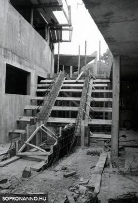 A fedett uszoda építése