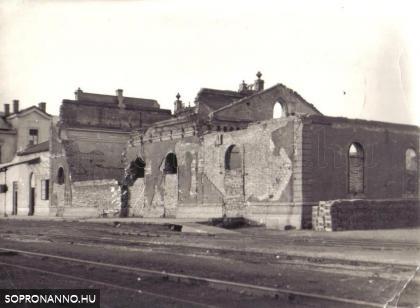 A Győri vasút épülete bombázás után
