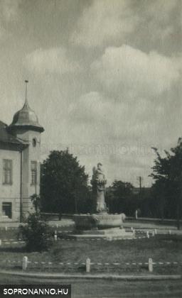 A Hattyúskút a Hunyadi utca felől az 1930-as években
