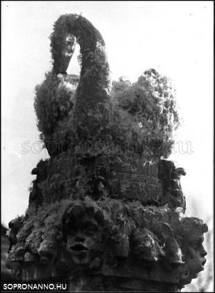 A Hattyúskút  1976-ban tollakkal