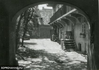 A Hillebrand-ház udvara 1963-ban