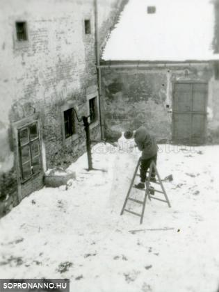 A Hillebrand-ház udvara 1962-ben