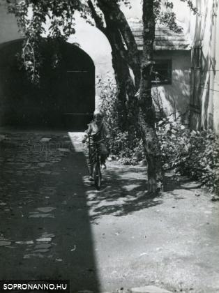 A Hillebrand-ház udvara 1980-ban