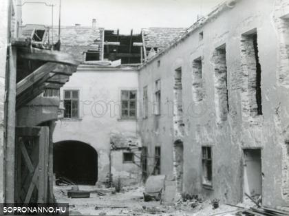 A Hillebrand-ház udvara 1981-ben
