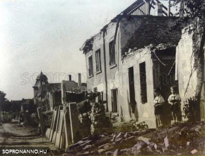 A Felsőbüki Nagy Pál utca bombázás után