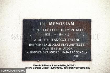 Emléktála az egykori laktanyában később működött intézmények emlékére