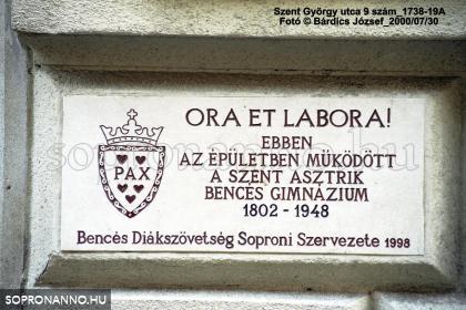 A Bencés Gimnázium emlékét őrző emléktábla
